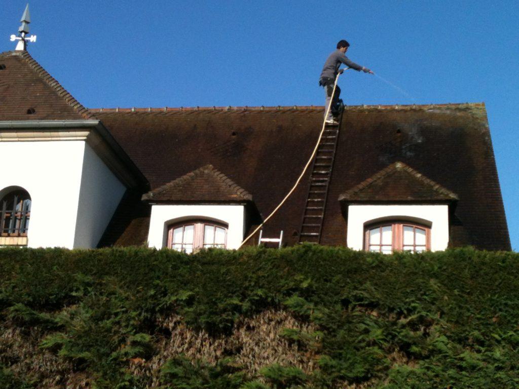 nettoyage toiture par couvreur 91 : en cours